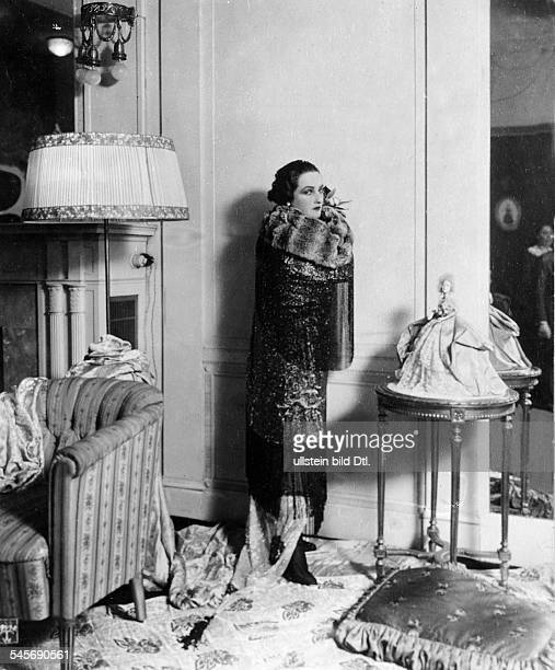 Andra Fern Actress USA *24111894 in a spangled evening dress with tippet and fox collar published 'Dame' 6/1918 Photographer Tietzenthaler Vintage...