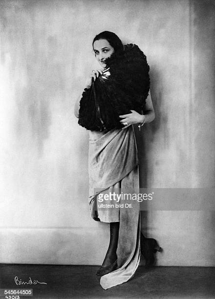 Andra Fern Actress USA *24111894 in a velvet dress with a fan made of ostrich feathers around 1910 Photographer Atelier Binder Vintage property of...