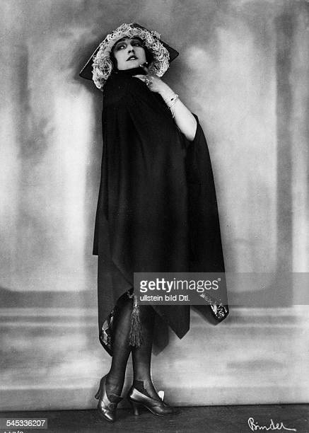 Andra Fern Actress USA *24111894 in an elegant coat / cape 1910 Photographer Atelier Binder Vintage property of ullstein bild