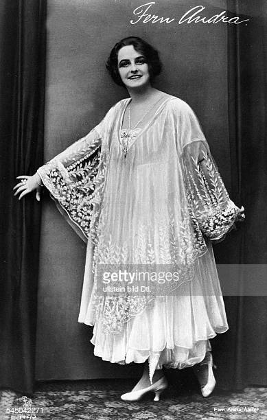 Andra Fern Actress USA *24111894 in an evening dress with lace cloak around 1910 Vintage property of ullstein bild