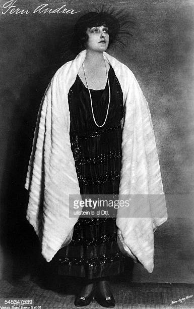 Andra Fern Actress USA *24111894 in an evening dress with mink stole around 1910 Vintage property of ullstein bild
