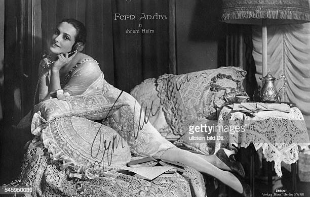 Andra Fern Actress USA *24111894 on a sofa in her house undated Vintage property of ullstein bild