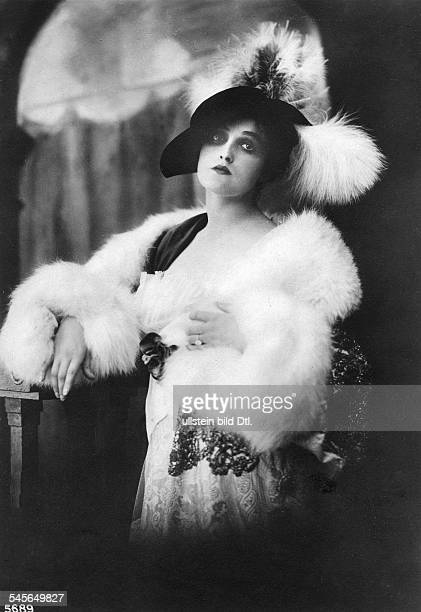 Andra Fern Actress USA *24111894 portrait with fur stole and hat undated Vintage property of ullstein bild