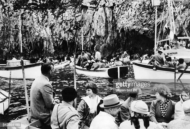 Andrang von Touristenbooten vor der 'Grotta Azzurra'1956
