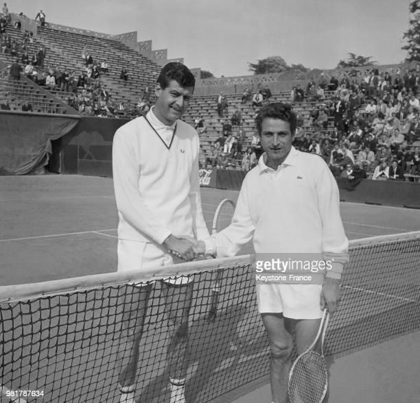 Andras Szikszay et Pierre Darmon lors du match de Coupe Davis qui oppose la Hongrie à la France au stade RolandGarros à Paris en France le 20 mai 1967