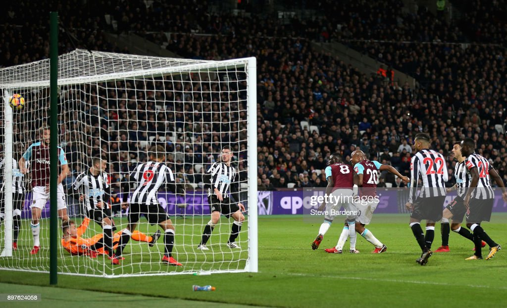 Andre Ayew of West Ham United scores his sides second goal during the Premier League match between West Ham United and Newcastle United at London Stadium on December 23, 2017 in London, England.
