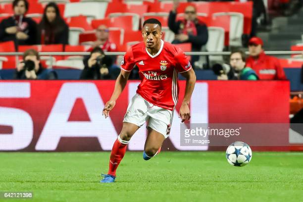 Andre Carrillo of Benfica controls the ball during the UEFA Champions League Round of 16 First Leg match between SL Benfica and Borussia Dortmund at...
