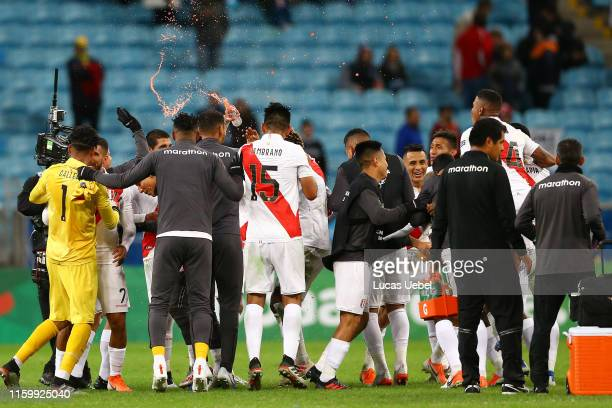 Andre Carrillo of Peru celebrates with teammates after winning the Copa America Brazil 2019 Semi Final match between Chile and Peru at Arena do...