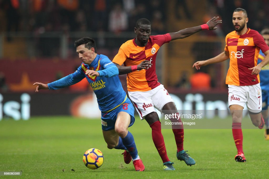 Andre Castro of Goztepe, Papa Alioune NÕDiaye of Galatasaray during the Turkish Super lig match between Galatasaray v Goztepe at the Turk Telekom Stadium on December 24, 2017 in Istanbul Turkey