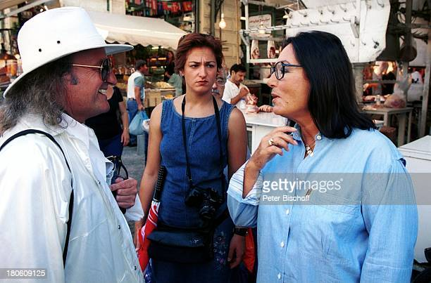 Andre Chapelle Nana Mouskouri Dreharbeiten zum ARDSpecial Ein Star und seine Stadt Athen Griechenland Markthalle Frau Einkauf Manager Freund
