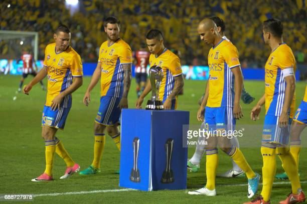 Andre Gignac Lucas Zelarayan Luis Rodriguez and Jesus Dueñas of Tigres look at the Trophy during the Final first leg match between Tigres UANL and...