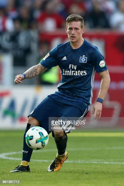 Andre Hahn of Hamburger SV runs with the ball during the Bundesliga match between 1 FSV Mainz 05 and Hamburger SV at Opel Arena on October 14 2017 in...