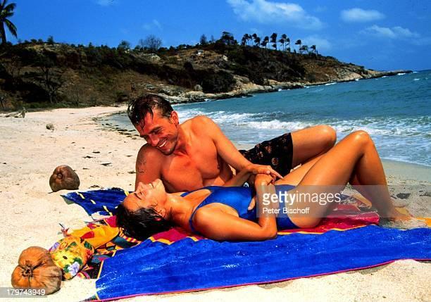 """Andre Hennicke und Lisa Wolf, ZDF-Serie:;""""Verschollen in Thailand"""", Folge: 8: """"Rückkehr"""", am Strand, Wasser, Meer, Schauspielerin, Schauspieler,..."""