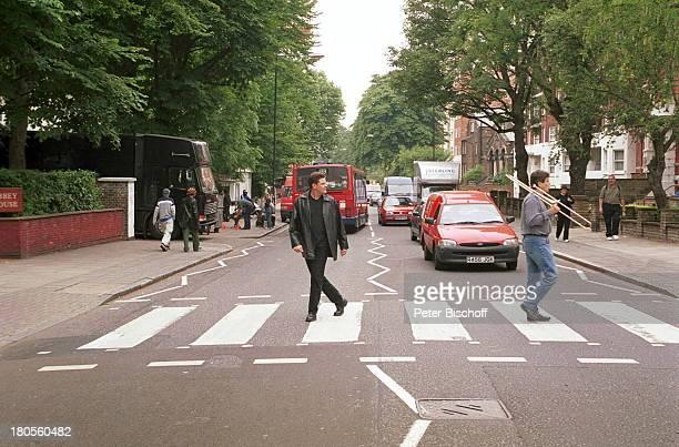 Andre Holst Chris Dean StadtbummelLondon England / Großbritannien 'AbbeyRoad'Zebrastreifen BäumeAutos