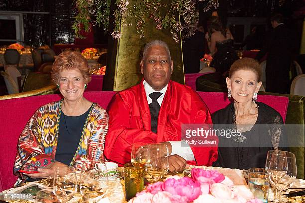Andre Leon Talley and Annette De La Renta seated at the De Young museum during the Oscar De La Renta gala retrospective on March 9 2016 in San...