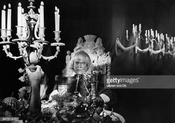 Andre Marcel Actor France *02011885 Scene from the movie 'La Belle et la Bete'' Directed by Jean Cocteau France 1946 Vintage property of ullstein bild