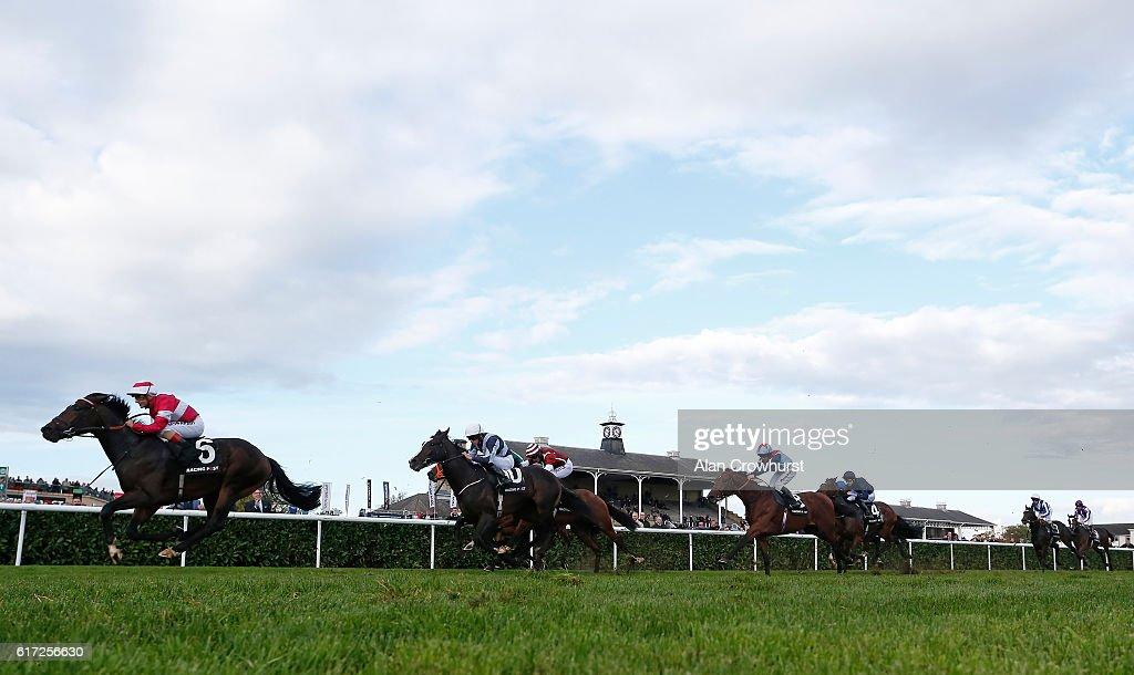 Doncaster Races : News Photo