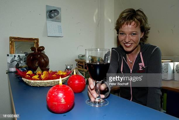Andrea Ballschuh, Berlin, Deutschland, Europa, Homestory, , Schauspielerin, Küchentisch, Glas,