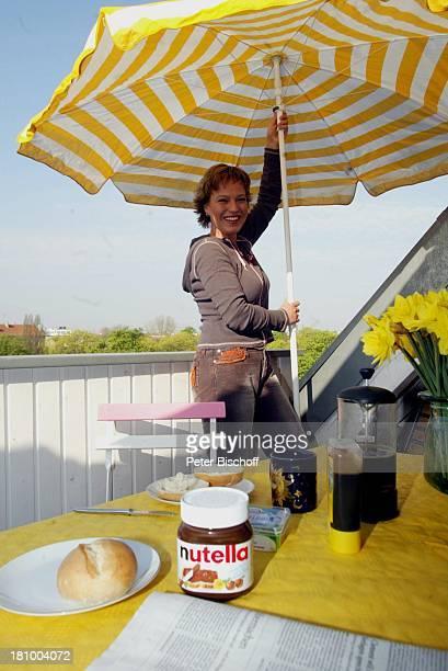 Andrea Ballschuh Berlin Deutschland Europa Homestory Schauspielerin Terrasse Sonnenschirm Frühstück NutellaBrötchen