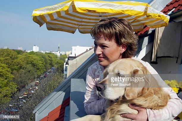 Andrea Ballschuh Golden Retriever Bruno Berlin Deutschland Europa Homestory Schauspielerin Hund Tier Haustier Terrasse Sonnenschirm