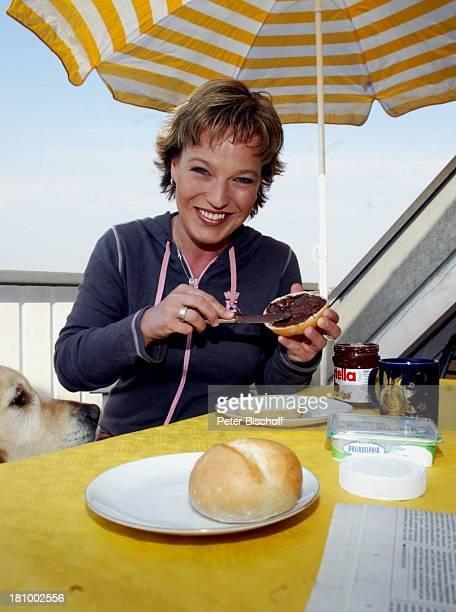 """Andrea Ballschuh, Golden Retriever """"Bruno"""", Berlin, Deutschland, Europa, Homestory, , Schauspielerin, Hund, Tier, Haustier, Terrasse, Sonnenschirm,..."""