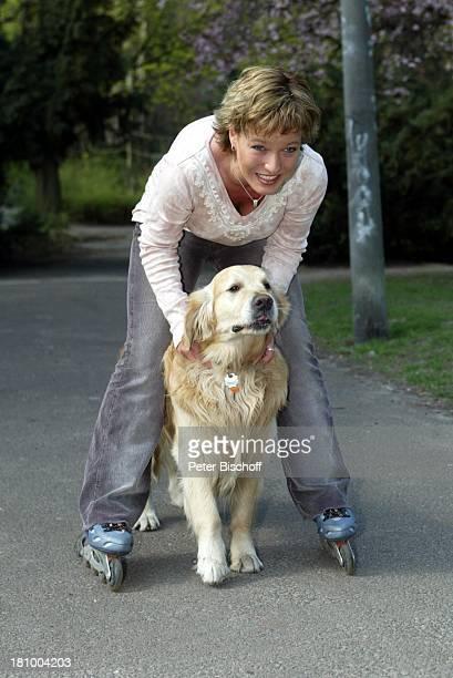 """Andrea Ballschuh, Golden Retriever """"Bruno"""", Berlin, Deutschland, Europa, , Schauspielerin, Hund, Tier, Haustier, Inlineskates, skaten, Inliner, Sport,"""