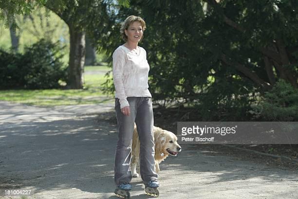 Andrea Ballschuh Golden Retriever Bruno Berlin Deutschland Europa Schauspielerin Hund Tier Haustier Inlineskates skaten Inliner Sport