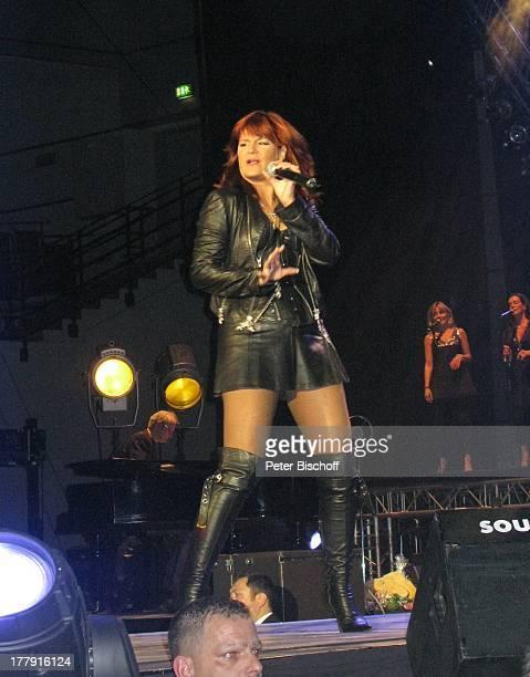 Andrea Berg BackgroundSängerinnen Konzert DeutschlandTournee 'Zwischen Himmel und Erde' 'BremenArena' Deutschland Europa Bühne Auftritt Mikrofon...