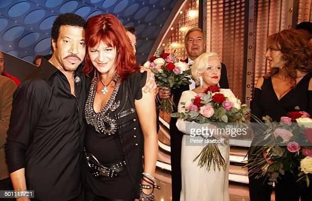 Andrea Berg DuettPartner Lionel Richie Angelika Milster dahinter Tanzpartner Stefan Gwildis Caroline Beil nach Finale ZDFMusikshow Willkommen bei...