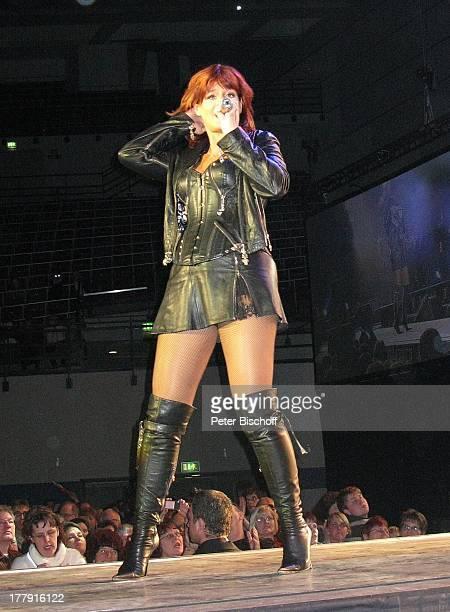 Andrea Berg Fans Konzert DeutschlandTournee Zwischen Himmel und Erde BremenArena Deutschland Europa Bühne Auftritt Mikrofon singen MiniRock sexy Tour...