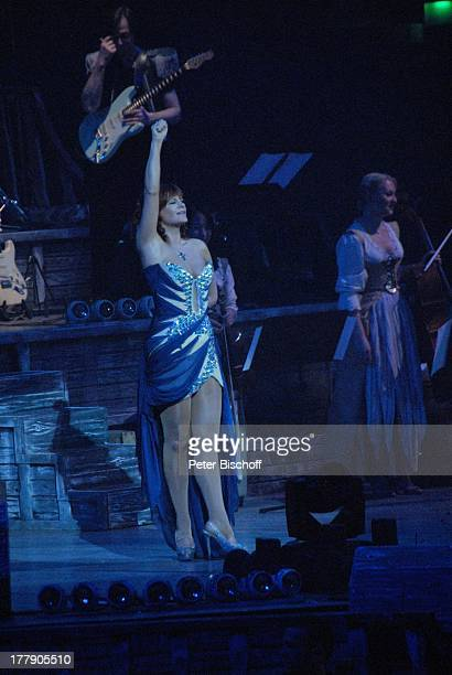 """Andrea Berg , Konzert während Tournee """"Abenteuer"""" , """"; VB-Arena"""", Bremen, Deutschland, Europa, Auftritt, Bühne, Mikro, Kleid, Abendkleid, Jubiläum,..."""