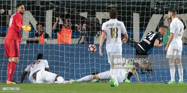 Andrea Conti of Atalanta BC scores the opening goal during the Serie A match between Atalanta BC and AC Milan at Stadio Atleti Azzurri d'Italia on...