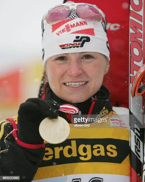 Andrea Henkel Biathletin D präsentiert ihre Goldmedaille über 15 km bei der Weltmeisterschaft in Hochfilzen
