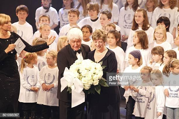 Andrea Kiewel Gotthilf Fischer Name auf Wunsch dahinter KinderChor CharityVeranstaltung 18 UnescoBenefizGala 2010 für Kinder in Not Hotel Maritim...