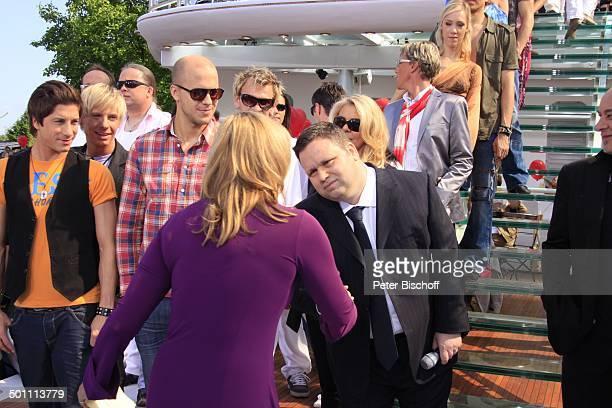 Andrea Kiwi Kiewel begrüßt Paul Potts Mitglied der Zipfelbuben Milo Gäste ZDFSonntagsShow Fernsehgarten Mainz RheinlandPfalz Deutschland Europa...