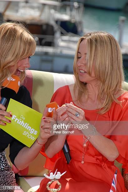 """Andrea """"Kiwi"""" Kiewel , Patricia Schäfer (ZDF-Korrespondentin in L o n d o n, beim Auspacken von """"Crown Jewels""""-Kondome mit Prinz William und Verlobte..."""