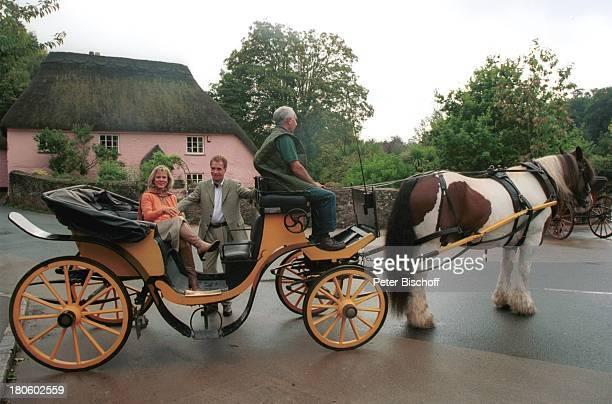 Andrea L `Arronge Wolf Roth Kutscher Dreharbeiten zu ZDFPilcherFilm Blumen im Regen Cornwall England Pferd Kutsche Gespann ReetDach