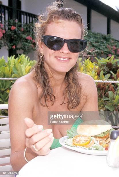Andrea L'Arronge neben den Dreharbeiten zur ZDFReihe 'Traumschiff' Folge 20 'Südafrika' MS 'Berlin' Grenada/Karibik Bikini Sonnenbrille BigBigMac...