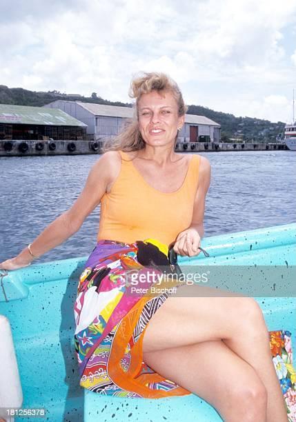 Andrea L'Arronge neben den Dreharbeiten zur ZDFReihe Traumschiff Folge 20 Südafrika Grenada/Karibik Meer Badeanzug Boot Tender Hafen Urlaub...