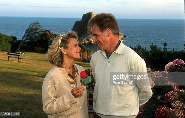 Andrea L`Arronge Wolf Roth ZDFPilcherFilm Blumen im Regen Cornwall England Schauspieler Rose Szenenfoto