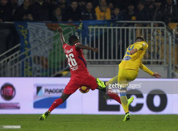 Andrea Pinamonti of Frosinone Calcio scores his team's first goal during the Serie A match between Frosinone Calcio and ACF Fiorentina at Stadio...