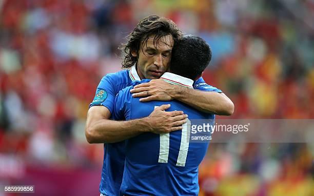 Andrea Pirlo umarmt Antonio Di Natale Fussball EM 2012 Spanien Italien UEFA EURO 2012 Group C Spain vs Italy 10612