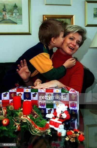 Andrea Spatzek Sohn Alexander Homestory Köln WeihnachtsVorbereitungen Kranz Kerzen Mutter WeihnachtsSchmuck Wohnzimmer Geschenk Kuss Küssen
