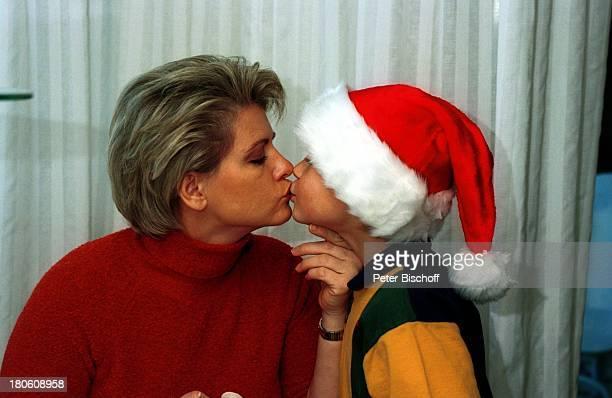 Andrea Spatzek Sohn Alexander Homestory Köln WeihnachtsVorbereitungen Mutter Wohnzimmer Kuss Küssen Mütze