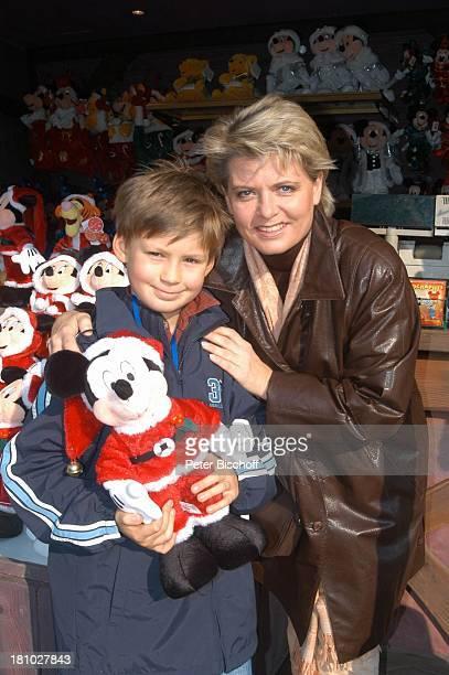 Andrea Spatzek Sohn Alexander Spatzek 'DisneylandParis' Paris/Frankreich Schauspielerin Plüschfigur Puppe Micky Maus Mickey Mouse Weihnachtsmann...