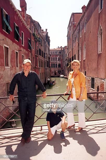 Andrea Spatzek Sohn Christian Spatzek Bruder Christian Spatzek Venedig/Italien Brücke Häuser Wasser Lagune Geländer Mutter Urlaub