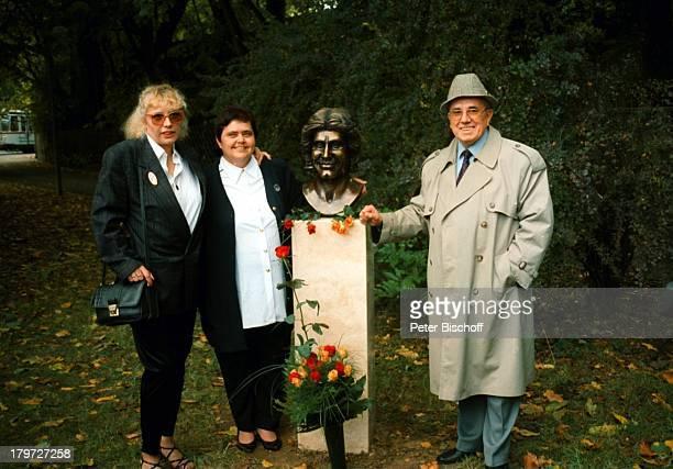 Andrea Toth , ;Karin Kleimann , Büste von Roy Black am Roy-Black-Weg, Augsburg , Bayern, Deutschland, Europa,