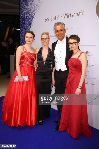 Andreas Boehlke mit Frau Anke mit Toechtern Alina und Alexa ® bei dem > 66 Ball der Wirtschaft Berlin < im Hotel InterContinental in Berlin