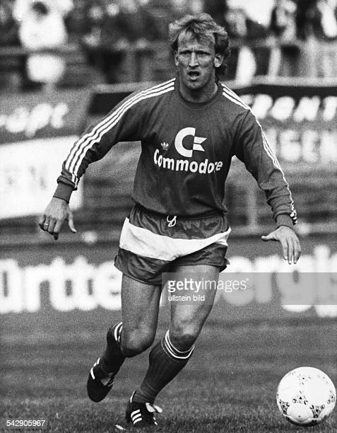Andreas Brehme Fußballspieler von Bayern München am Ball
