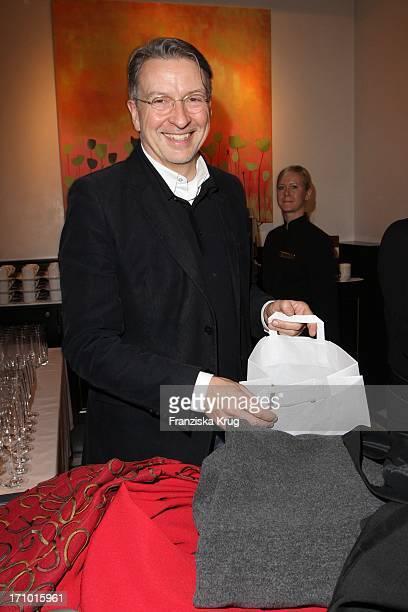 Andreas Marx Lebensgefährte Von Designerin Anna Von Griesheim Packt Die Gekaufte Kleidung In Tüten Beim Dkms Charity Designer Sale Im Berliner Ritz...